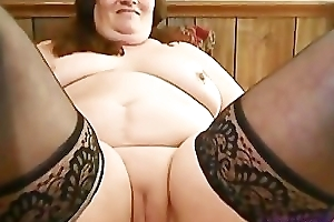Mature BBW fucks her fat cunt with bagatelle