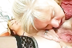 Doyen amateur mammas using double sided dildo