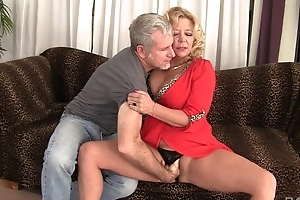 Curvy comme ‡a grown-up with natural boobs gets rewarded with a good fuck