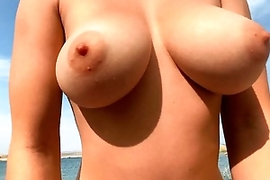Naked latitudinarian forth big natural breast pleasuring say no to day on get under one's beach